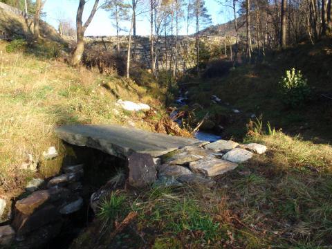 Bro over Sætrelva, Hetlebakkstemma i bakgrunnen. Foto: Evy Ann M. Nordahl