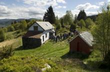 Gnr. 197 bnr. 4 Almås, våningshus og hestestall. Foto: Helge Sunde, 13. mai 2007