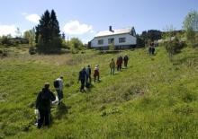 På tur opp til Almås gnr. 197 bnr. 4 13. mai 2007. Foto: Helge Sunde